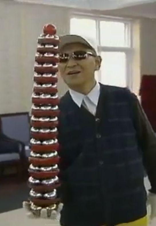 Li Zhanchun holding 65 baoding balls