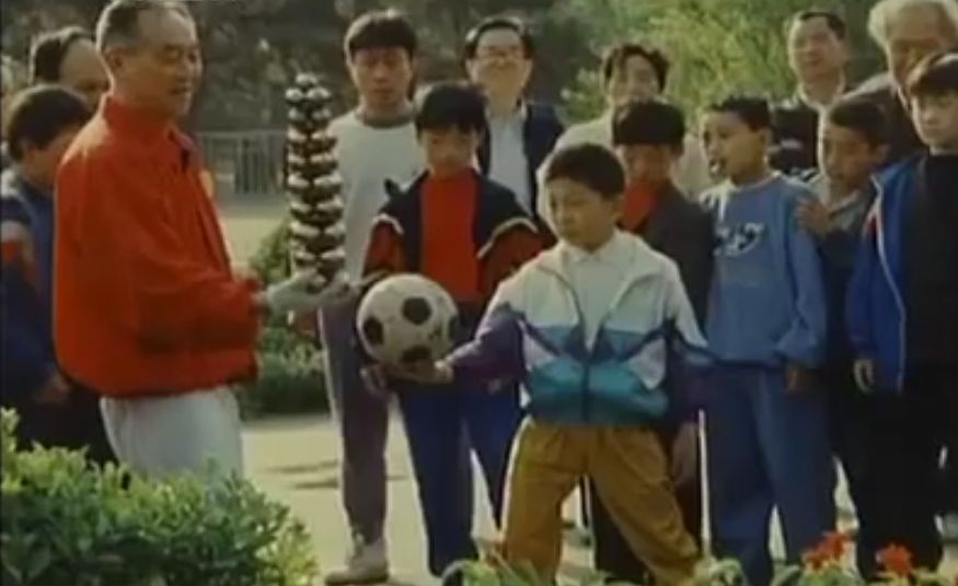 Li Zhanchun performing baoding balls at the park in front of spectators