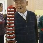 Li Zhanchun holding a baoding iron ball tower of 45 balls.