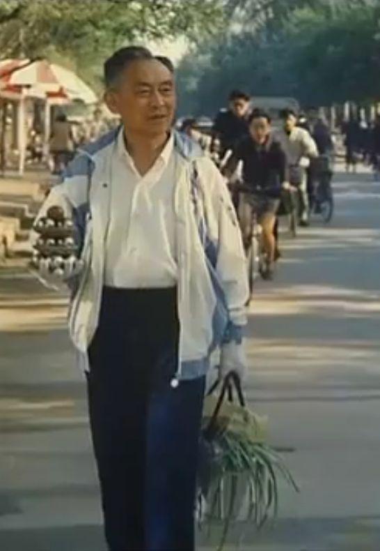 Li Zhanchun spinning baoding balls while shopping
