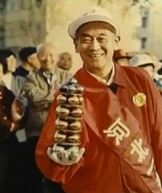 Li Zhanchun performing with baoding iron balls